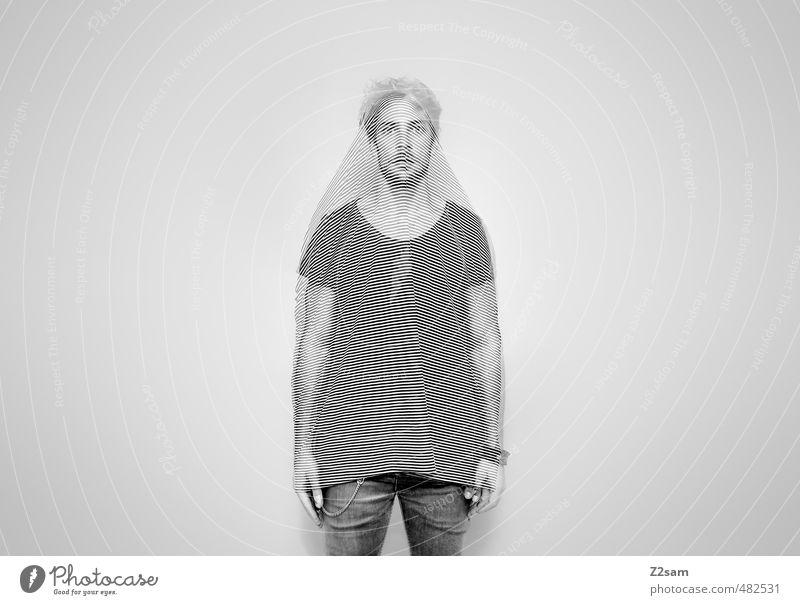 invisible maskulin Junger Mann Jugendliche 18-30 Jahre Erwachsene T-Shirt Jeanshose Stoff Accessoire Schmuck blond stehen träumen außergewöhnlich retro trashig