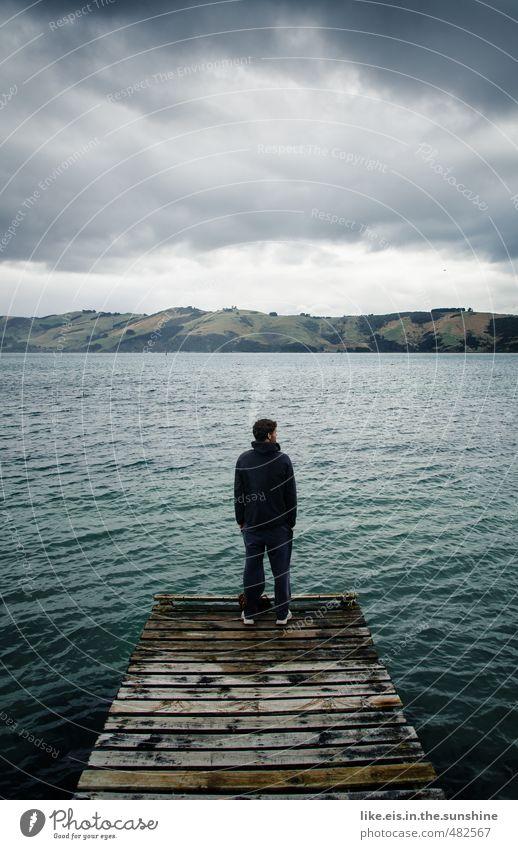 w.a.r.u.m?! Natur Jugendliche Wasser Meer Einsamkeit ruhig Landschaft Wolken Junger Mann Umwelt Leben Traurigkeit Tod Holz maskulin warten