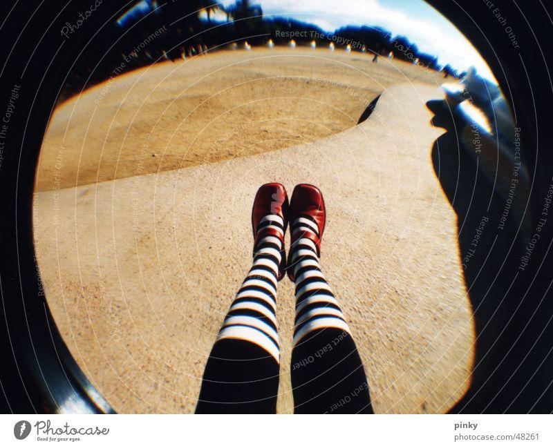 Alice in Wonderland Park Güell gestreift Märchen Sommer Ringelsocken Barcelona Fischauge Schatten verdunkeln träumen Lomografie socks red shoes white stripes