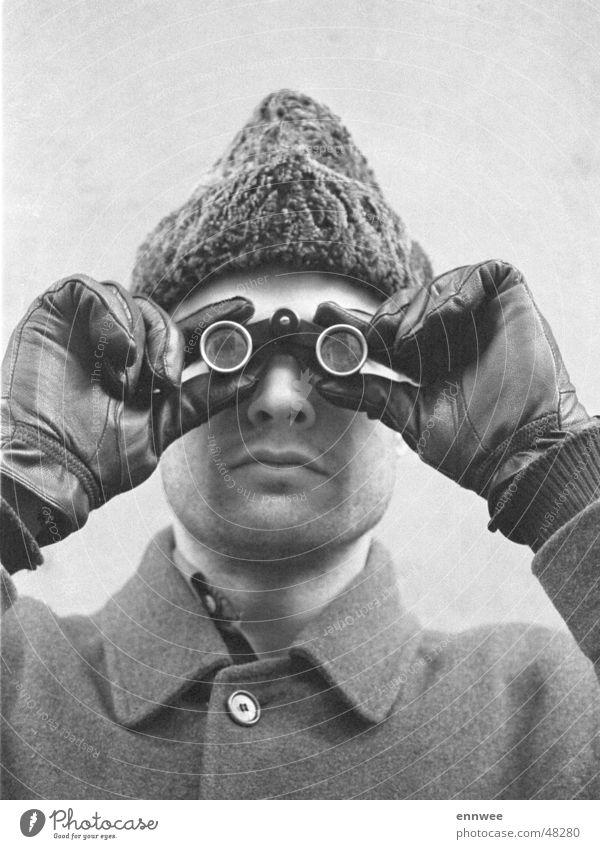 Selbstporträt mit Opernglas Winter Porträt Mütze Fernglas