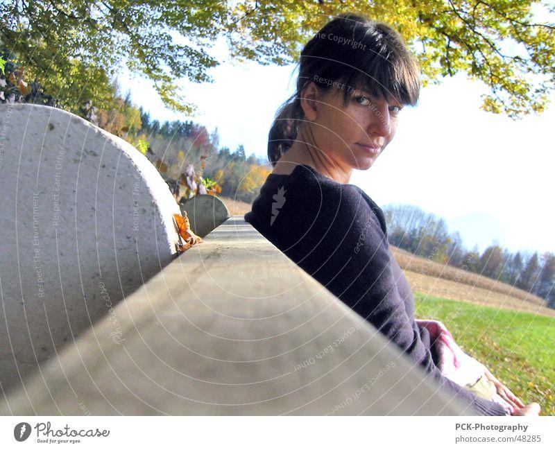 bankfrau Frau Holz verwegen Herbst durchdringend verführerisch Blick Auge Bank Landschaft Coolness Perspektive Leidenschaft warten Momentaufnahme