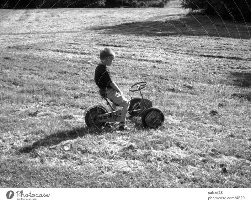kind Kind Wiese klein historisch Tretroller Dreirad