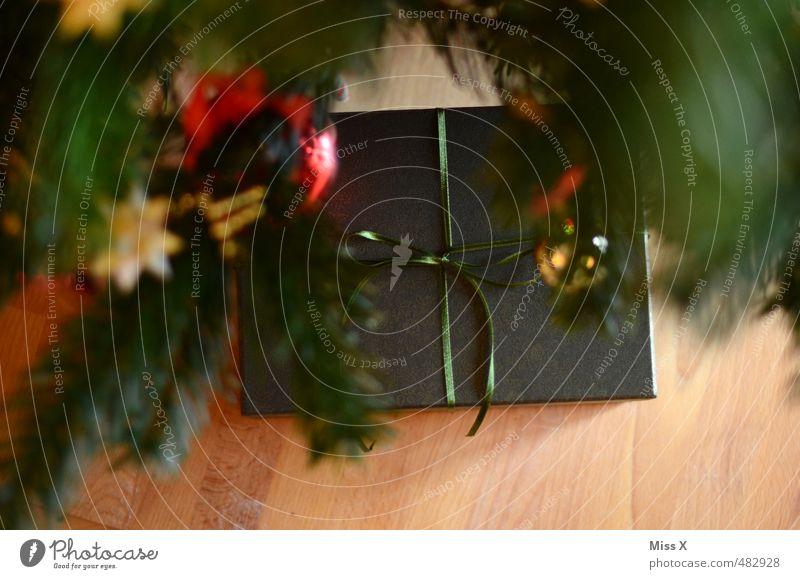 Vorfreude Weihnachten & Advent Gefühle Feste & Feiern Stimmung glänzend Geschenk Weihnachtsbaum Reichtum Christbaumkugel Holzfußboden Schleife schenken