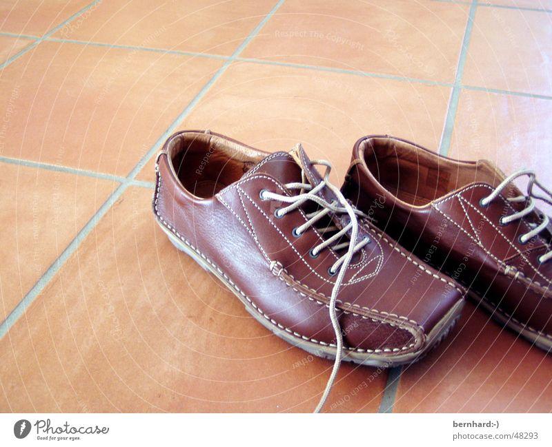 wohin gehen wir? Einsamkeit Schuhe braun elegant Bodenbelag