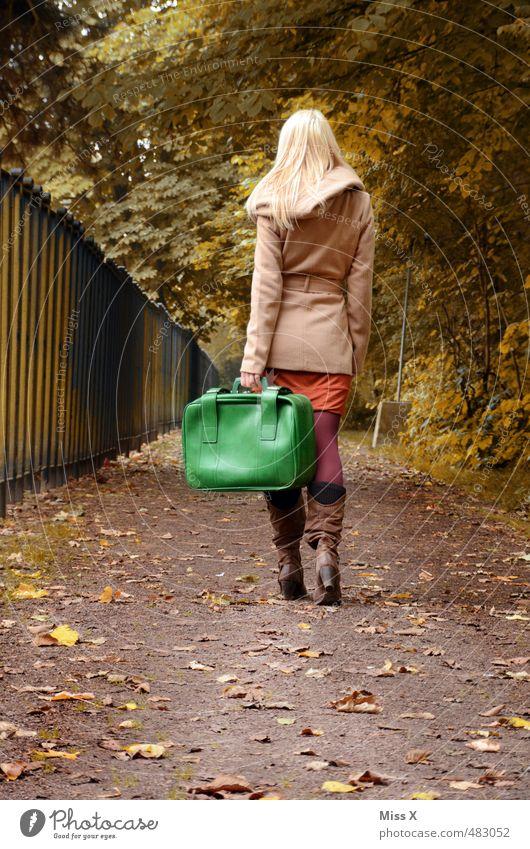 Tschüss Mensch Jugendliche Ferien & Urlaub & Reisen Einsamkeit Junge Frau Wald 18-30 Jahre Erwachsene Leben feminin Herbst Wege & Pfade Freiheit blond Tourismus Ende