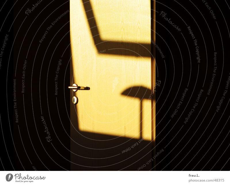 sonniger Schattenblick Sonne Lampe Herbst Fenster Raum Wohnung Tür offen Häusliches Leben Möbel Schönes Wetter Schlafzimmer Maserung aufmachen