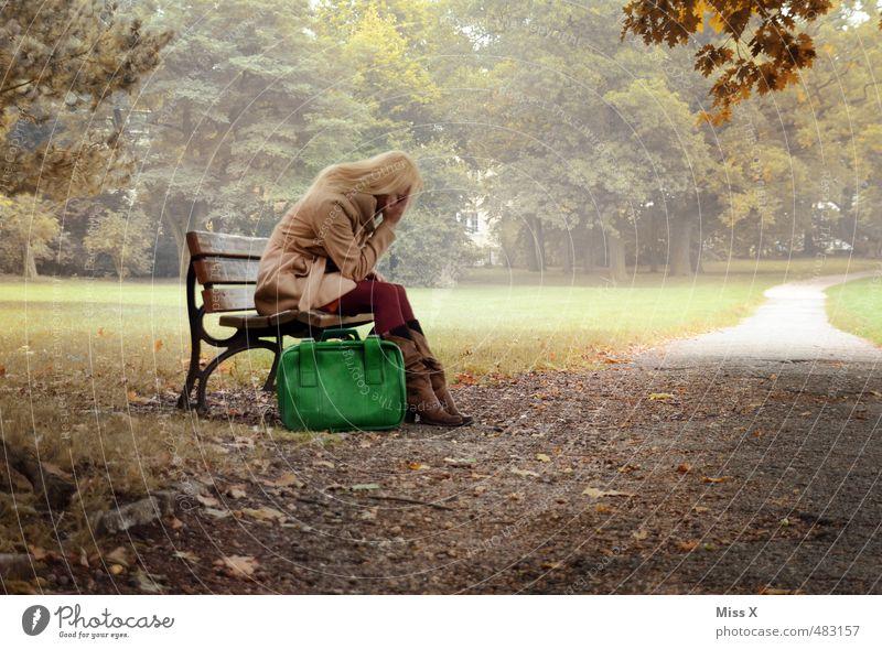Verzweifelt Mensch Jugendliche Einsamkeit Junge Frau 18-30 Jahre Erwachsene Leben Gefühle feminin Traurigkeit Wege & Pfade Stimmung Park blond sitzen Trauer
