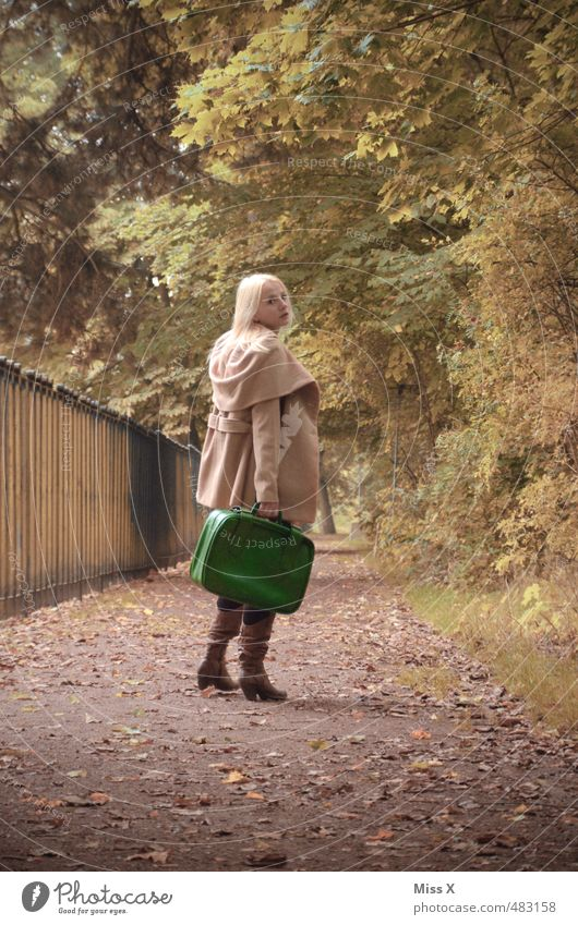 zurück? Ferien & Urlaub & Reisen Ausflug Abenteuer Ferne Mensch Frau Erwachsene 1 18-30 Jahre Jugendliche Baum Park Wald Wege & Pfade blond Blick Traurigkeit