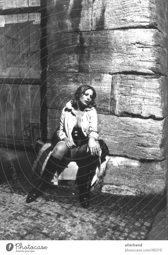 Verlassen Frau Einsamkeit Trauer Nacht Mensch Schwarzweißfoto woman eine frau auf dem heimweg von einer party. sie fühlt sich verlassen