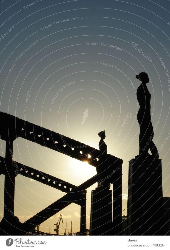 Die Schönen der Nacht Silhouette Gegenlicht Alte Speicherstadt Sonnenuntergang Statue Kran Stahl Frau Dame Brücke bridge silouette Hamburg Hafen Abend harbour