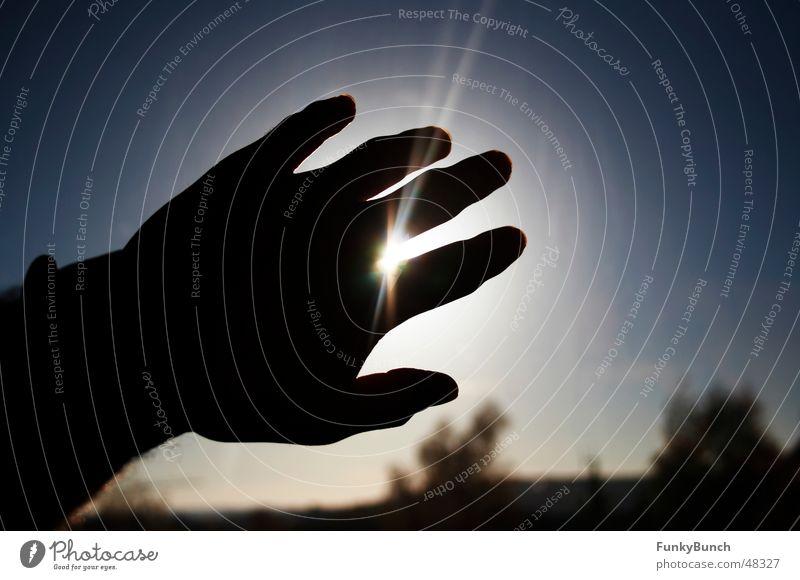 griff nach der sonne Hand Gegenlicht Finger Beleuchtung Licht Sonne fangen Himmel Schatten