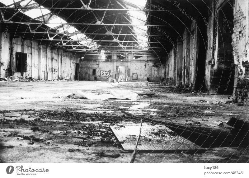 Fabrikhalle alt Einsamkeit Traurigkeit hell dreckig groß Lagerhalle