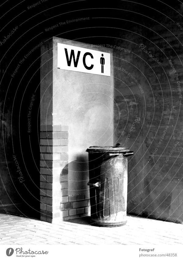 Improvisierte Herrentoilette Mauer Ecke Müll Toilette Backstein trashig Putz Blech Brandasche Fass Desaster