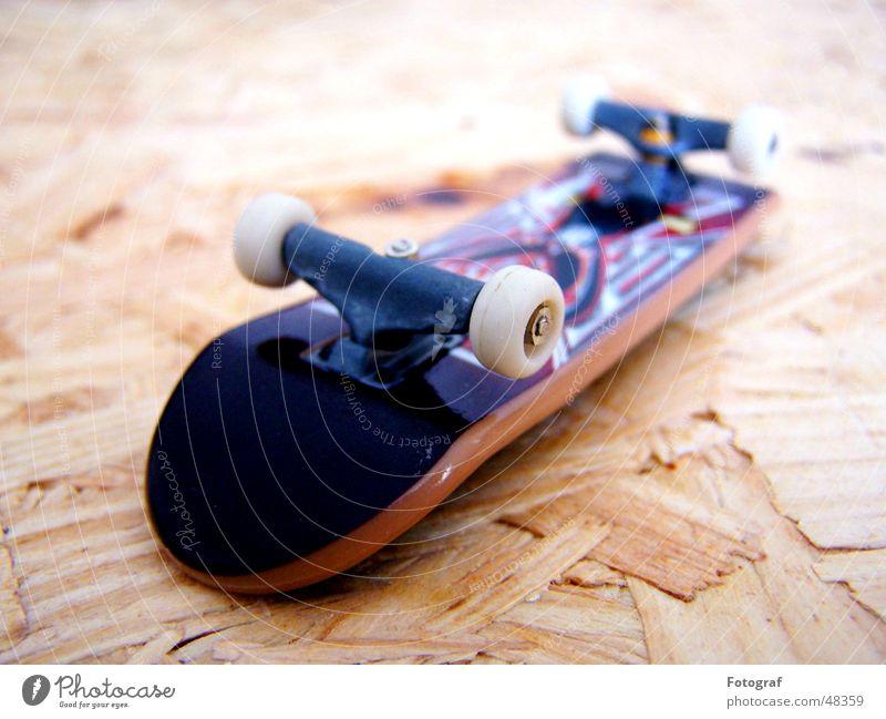 Fingerbrett. Sport Holz Perspektive Skateboarding Statue Tiefenschärfe Holzbrett Funsport Schweiß Extremsport Holzmehl Straßenhaftung
