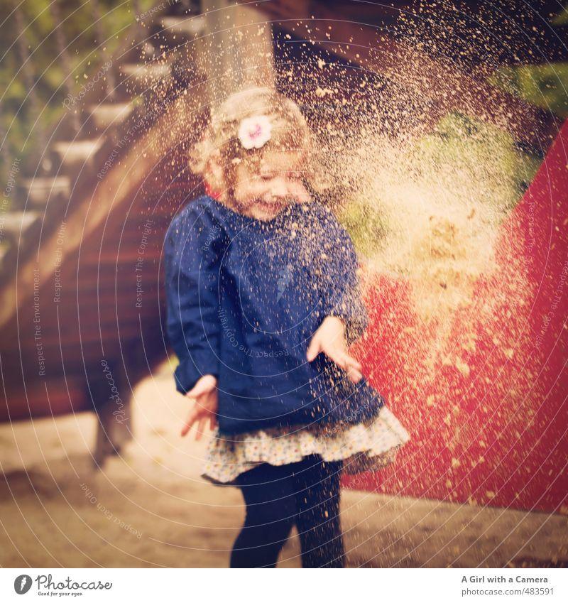 so hat sie es am liebsten Mensch Kind schön Mädchen feminin Spielen Sand gehen Körper Kindheit werfen Spielplatz 3-8 Jahre erschrecken Sandsturm