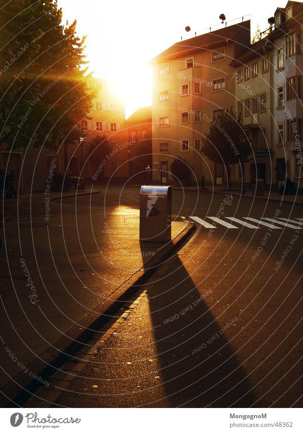 Fassade Sonne Straße Bürgersteig Briefkasten Übergang Zebrastreifen