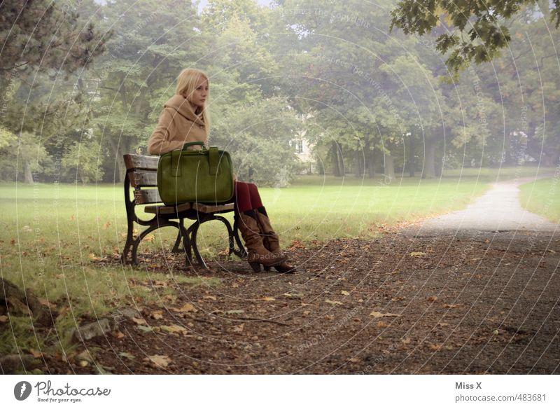 Parkbank Ferien & Urlaub & Reisen Ausflug Freiheit Mensch feminin Junge Frau Jugendliche Leben 1 18-30 Jahre Erwachsene Wege & Pfade Mantel blond sitzen