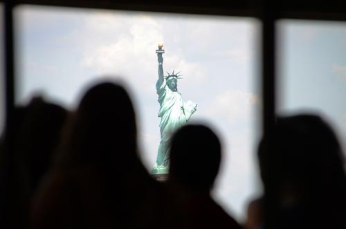 Statue Of ... Sehenswürdigkeit Wahrzeichen Denkmal Freiheitsstatue frei hell historisch grau grün Toleranz Hoffnung Silhouette Kopf Rahmen Aussicht