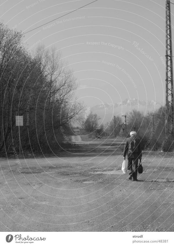 Loneliness is Bitterness. Mann alt Einsamkeit grau trist Tasche wiederkommen