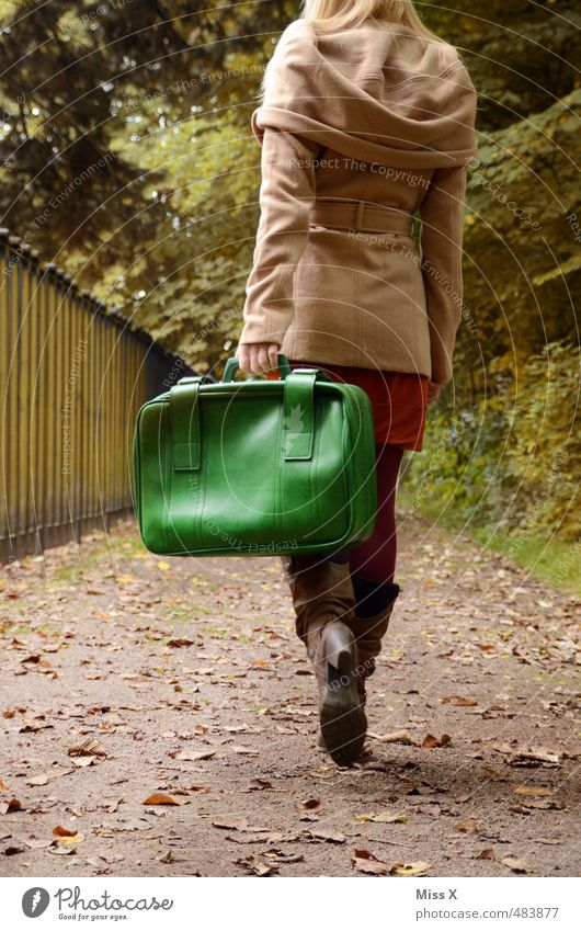 Reiselust Ferien & Urlaub & Reisen Freiheit Mensch feminin Junge Frau Jugendliche 1 18-30 Jahre Erwachsene Herbst Wege & Pfade Mantel blond gehen Gefühle
