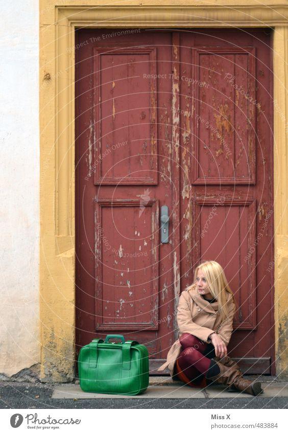 Warten Ferien & Urlaub & Reisen Ausflug Abenteuer Mensch feminin Frau Erwachsene 1 18-30 Jahre Jugendliche Fassade Tür blond sitzen warten Gefühle Stimmung