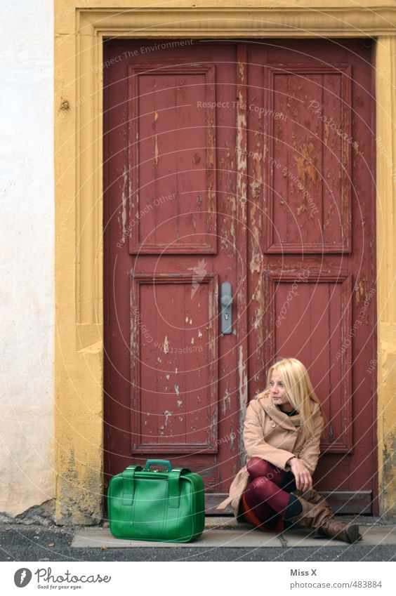 Warten Mensch Frau Ferien & Urlaub & Reisen Jugendliche Einsamkeit 18-30 Jahre Erwachsene Traurigkeit Gefühle feminin Stimmung Fassade Tür blond sitzen warten