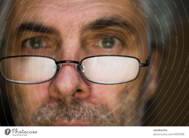 Wir testen den Fernauslöser. Mann Erwachsene Männlicher Senior Auge Mund Bart 45-60 Jahre Brille Verantwortung achtsam Wachsamkeit Verlässlichkeit Pünktlichkeit