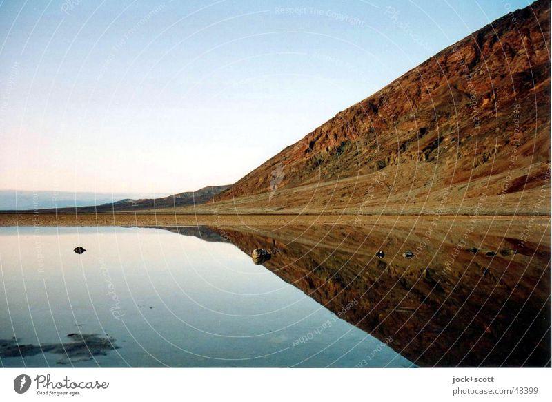 Death Valley Winter Berge u. Gebirge Natur Landschaft Wolkenloser Himmel Horizont Felsen Wüste USA authentisch Symmetrie Regenwasser Kalifornien Nationalpark