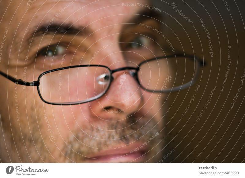 Verrutschtes Lächeln maskulin Mann Erwachsene Auge Mund Bart 1 Mensch 45-60 Jahre Brille Verantwortung achtsam Wachsamkeit Pünktlichkeit gewissenhaft Vorsicht