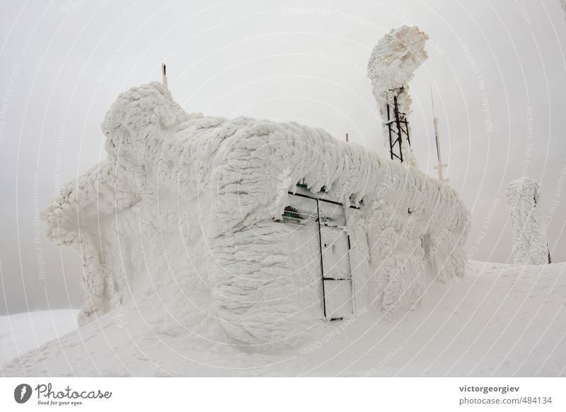 Gefrorene Meteo-Station in hohen Winterbergen Tourismus Expedition Schnee Berge u. Gebirge wandern Hausbau Umwelt Natur Urelemente Wolken Gewitterwolken Klima