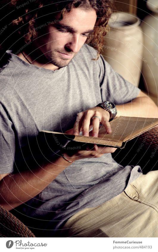 Lesezeit. Mensch Jugendliche Mann alt Erholung Junger Mann 18-30 Jahre Erwachsene Herbst grau braun maskulin Freizeit & Hobby Wohnung Häusliches Leben Buch