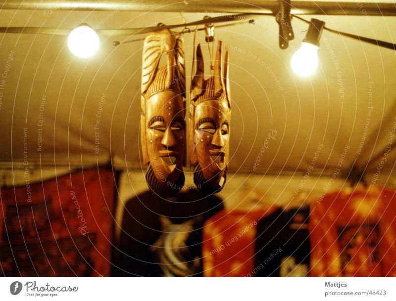 Masken Wärme Beleuchtung Holz Lampe hell stehen Baumstamm Veranstaltung Afrika Physik Markt eng Tribal Häuptling Batik