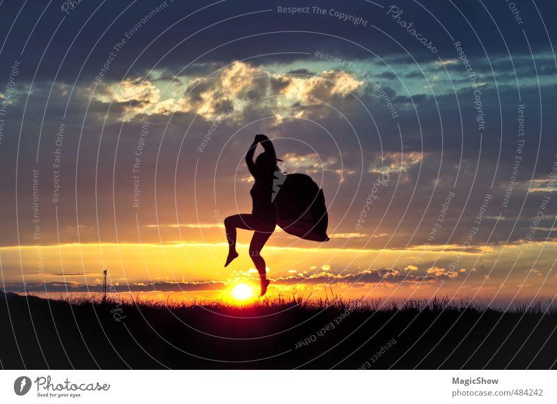Schmetterling über Sonne Leben 1 Mensch genießen springen Tanzen ästhetisch sportlich Gefühle träumen Sonnenuntergang Himmel Wolken Silhouette Freiheit schön