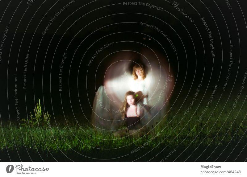 Zwei Engel in der Nacht Mensch Frau grün weiß Erwachsene dunkel Wiese Freundschaft Zusammensein leuchten Armut geheimnisvoll Engel Tragfläche Surrealismus Zauberei u. Magie