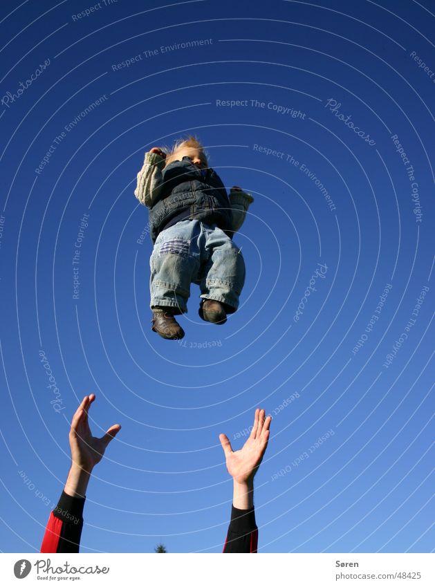 Kind zu verschenken Hand Himmel Baby fliegen Vertrauen fangen werfen