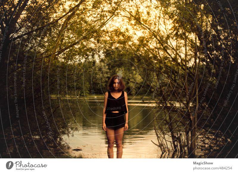 Frau am teich feminin Erwachsene Haut 1 Mensch Sommer Wärme Garten Park Wald Moor Sumpf Teich See brünett stehen Blatt Abenddämmerung grün gelb Hotpants