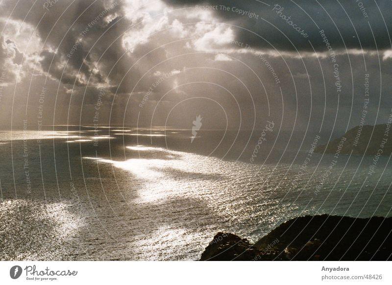 Regnerischer Tag am Mittelmeer Meer Vogelperspektive Wolken Landzunge Stimmung dunkel Italien Ligurien See Trauer Sonne Regen Abend Wasser Himmel Traurigkeit