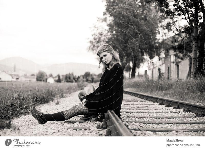 Wann kommt der Zug der mich fortbringt..? Junge Frau Jugendliche 1 Mensch Denken warten schön schwarz Nostalgie Trauer Eisenbahn Gleise sitzen
