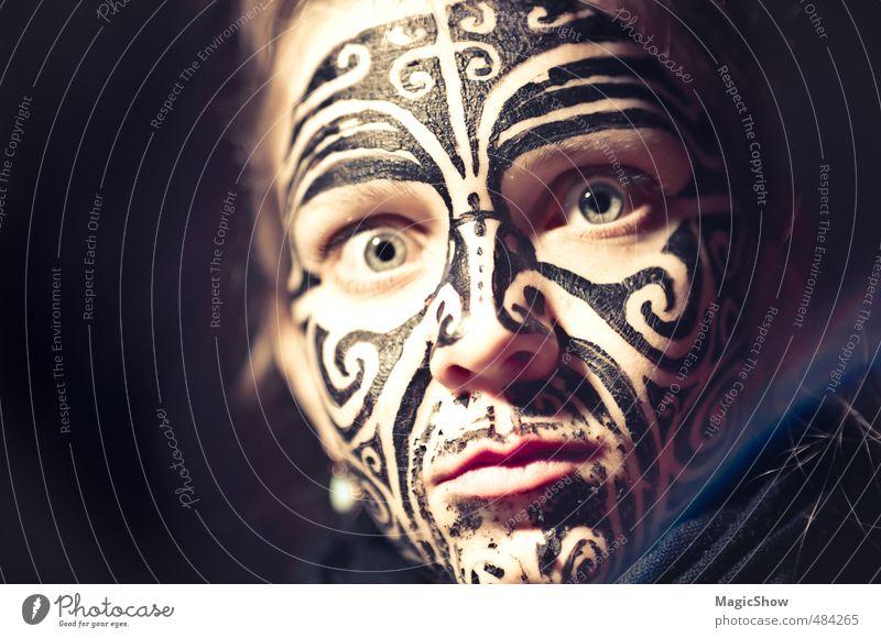 Maorimädchen feminin Auge 1 Mensch Euphorie bemalt Schminke Blick Schwache Tiefenschärfe herzbewegend Gesicht Frau Kunst Indianer Gesichtsbemalung Rausch