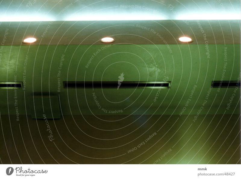 Indirektes Licht grün Beton Streifen Decke Querformat Streulicht