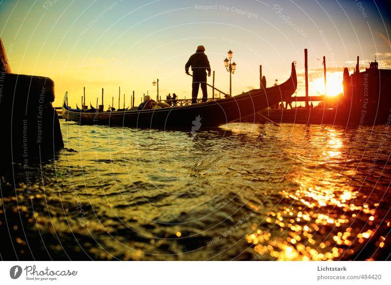 Venedig Mensch Mann Erwachsene Umwelt Natur Wasser Schönes Wetter Stadt Hafenstadt Altstadt Bewegung genießen blau gelb gold Gefühle Stimmung Kraft Romantik