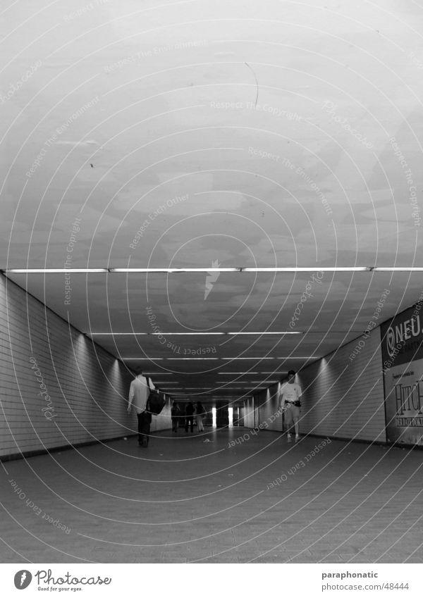 Unterführung Mensch Mann Wege & Pfade Stil Arbeit & Erwerbstätigkeit Perspektive Bodenbelag U-Bahn Tunnel Gang Endzeitstimmung Arbeitsweg