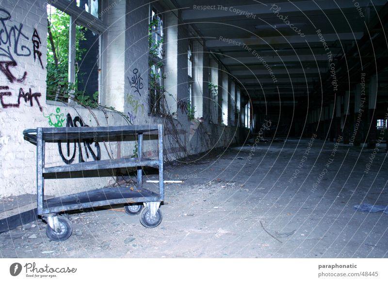 Silent Hill Wagen Serviertisch kaputt Fabrik verfallen unbenutzt baufällig verrotten Endzeitstimmung Zerstörung alt Angst Einsamkeit innenaufnahme mit blitz