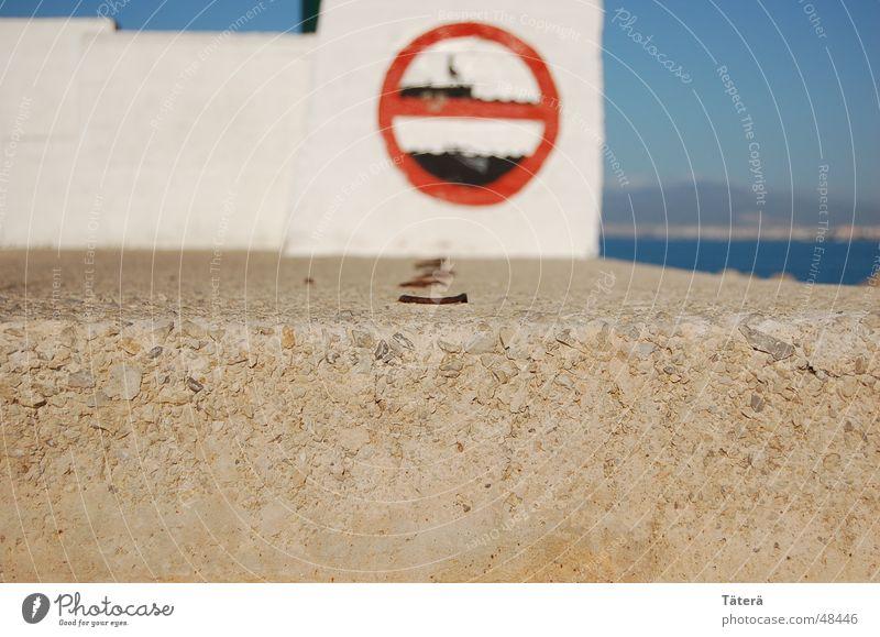 Baden verboten Meer Verbotsschild Mauer Treppe Wasser