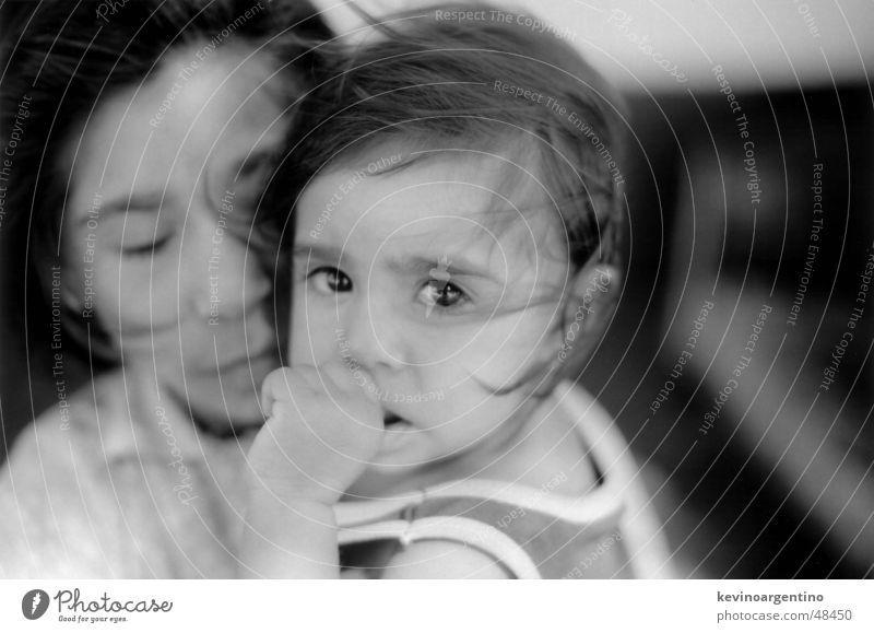 Die Töchter von Don Agüero Kind Mädchen Daumen Haarsträhne Schwarzweißfoto Auge große augen