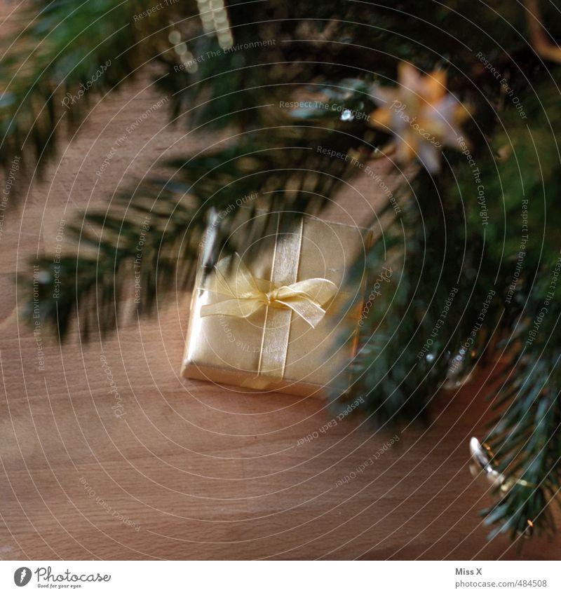 Geschenk Weihnachten & Advent gelb Feste & Feiern Stimmung glänzend gold Geschenk Weihnachtsbaum Reichtum schenken Tannenzweig Weihnachtsgeschenk Bescherung