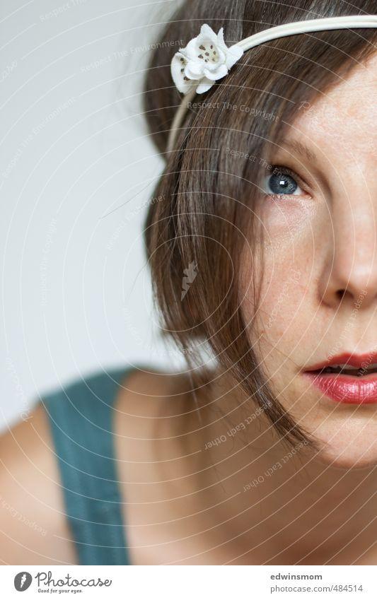 Hippie Maedchen. Lippenstift feminin Frau Erwachsene Haare & Frisuren Gesicht Auge Nase Mund 1 Mensch 30-45 Jahre Accessoire Haarband blond Denken Blick träumen