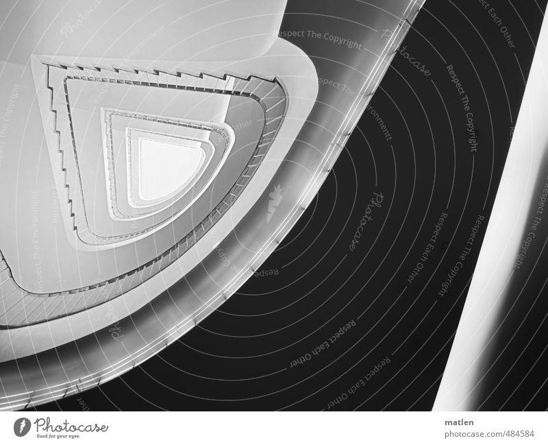 vierhundert Menschenleer Haus Hochhaus Gebäude Architektur Mauer Wand Treppe schwarz weiß Treppenhaus Treppengeländer Oberlicht Indirektes Licht Schwarzweißfoto