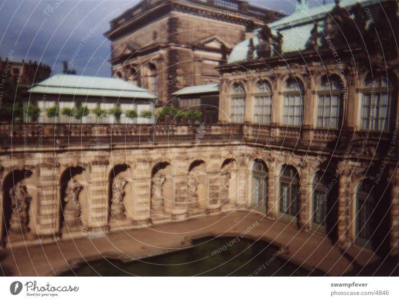 Brunnen II alt grün Gebäude Architektur Dresden