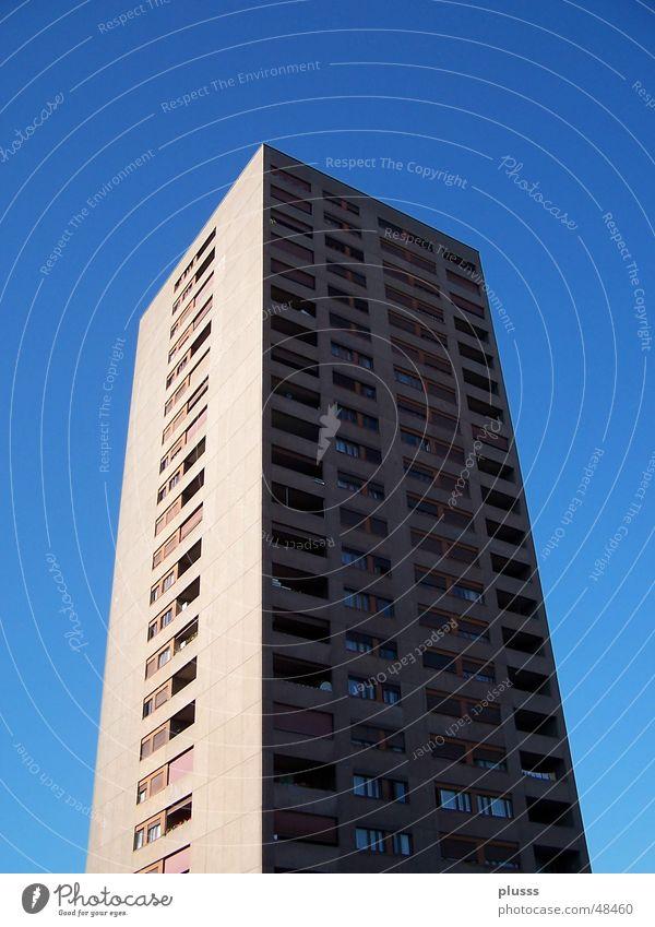 Hochhin(h)aus Hochhaus himmelblau hell-blau Haus Wohnung Etage Block Licht Schattenseite schwarz Stadt Wachstum groß Ferne lang hoch beste Himmel Schönes Wetter